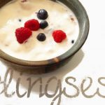 Körnerfrühstück mit Naturjoghurt und Früchten